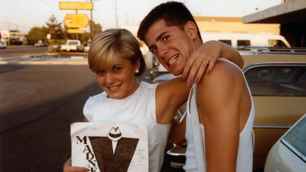 UNGDOMSBILDET: Gwen Stefani er ikke til å kjenne igjen på dette bildet sammen med broren Eric i 1983.  Foto: Gwen Stefani/Twitter