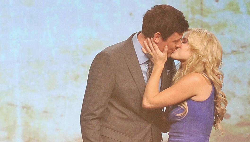 <strong>KYSSET FOR EN GOD SAK:</strong> Megan Hilty donerte over 25 000 kroner til veldedighet for å få kysse Corey Monteith fra «Glee» lørdag. Foto: All Over Press