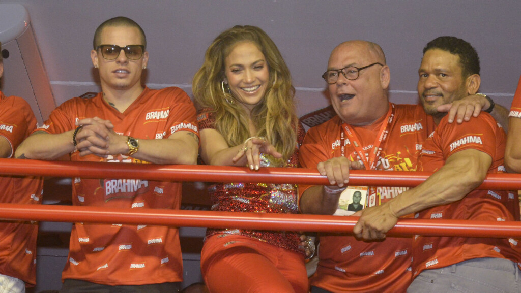 UNG KJÆRESTE: Jennifer Lopez er sammen med 18 år yngre Casper Smart. Stjernens manager mener hun stadig faller for feil menn.