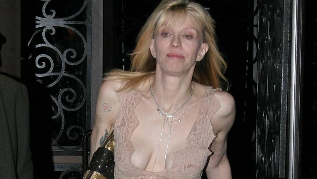 PUPPEGLIPP: Den skandaløse rockestjernen Courtney Love (47) overlot lite til fantasien da hun forlot en restaurant i New York i denne avslørende toppen. Foto: All Over Press