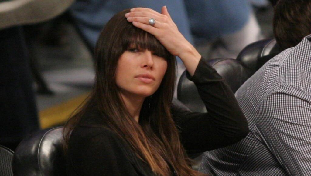 VISTE RINGEN: Jessica Biel viste frem forlovelsesringen hun har fått av Justin Timberlake under en Lakers-kamp i Los Angeles mandag. Foto: All Over