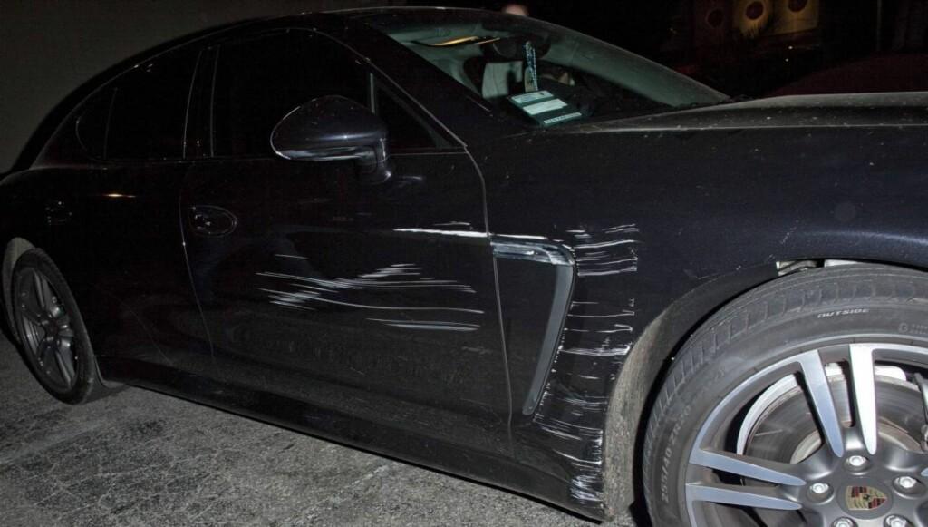RIPER I LAKKEN: Det var lett å se merkene på Lindsay Lohans bil etter sammenstøtet utenfor en nattklubb i Los Angeles natt til onsdag. Foto: All Over