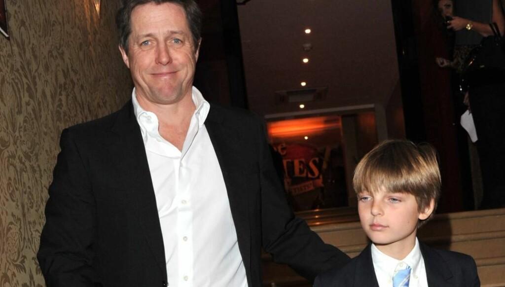 GUTTA PÅ TUR: Hugh Grant tok med eks-kjæresten Liz Hurleys sønn Damien på premieren til sin nyeste film «Piratene!» onsdag. Foto: All Over