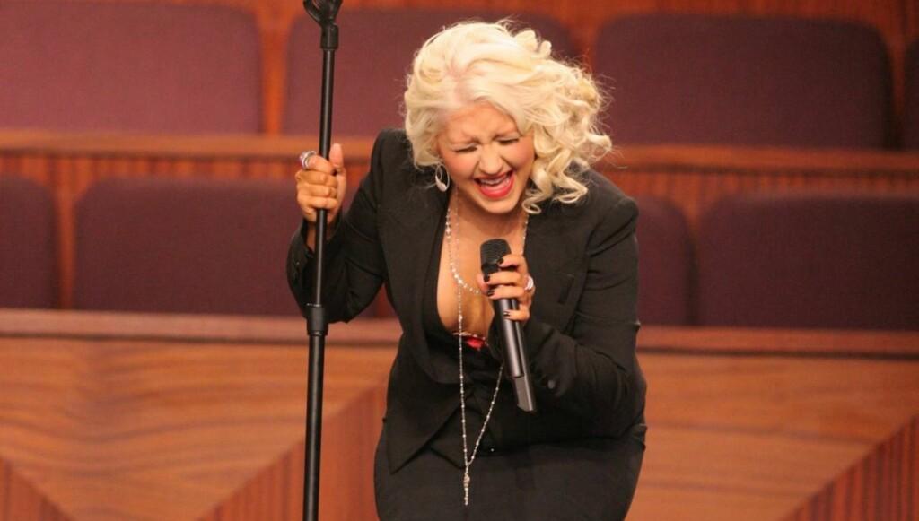 FIKK KRITIKK: Dette er ikke første gangen Aguilera har fått kritikk for sin egen kløft. Da hun sang i begravelsen til Etta James, stilte hun opp i en kjole som ikke var passende for anledningen. Foto: All Over Press