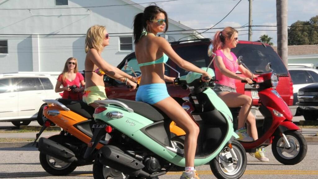 EKSOSRYPER: Selena Gomez ledet an under filminnspilling i Florida sammen med Vanessa Hudgens og Ashley Benson.  Foto: All Over Press