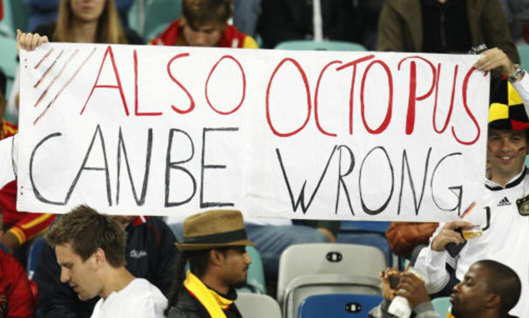 <strong>TOK IKKE FEIL:</strong> Disse tyskerne i Durban håpet i det lengste på et feilvalg fra Paul, men neida. Foto: Scanpix/AP