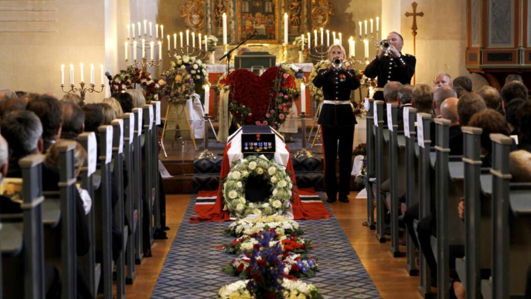<strong>HILSEN:</strong>  Trond Andre Bolle( 41) fikk hilsener fra blant annet barna til Cecile Hopstock i dagens begravelse. FOTO: TORBJØRN KJOSVOLD/SCANPIX