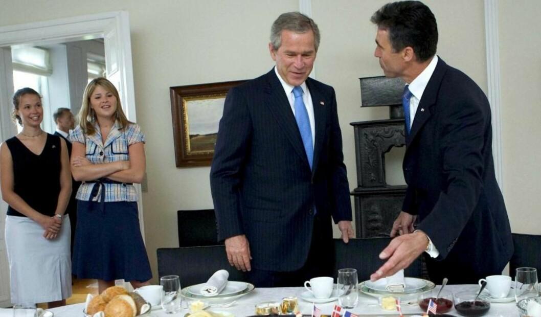 <strong>FYLLETUR:</strong> Maria Fogh (t.v), datter av tidligere statsminister Anders Fogh Rasmussen i Danmark, nå NATO`s generalsekretær, er blitt skånet av det danske forsvaret rundt en sak om fyll da hun var soldat i Kosovo. Her sammen med pappa (t.h) da han tok imot USA`s tidligere president George W. Bush og datteren Jenna i 2005. Foto: Scanpix.