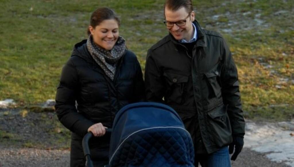 UT PÅ TUR: Kronprinsesse Victoria og prins Daniel storkoser seg med den lille. Her er de på sin første trilletur. Foto: Kungahuset.se