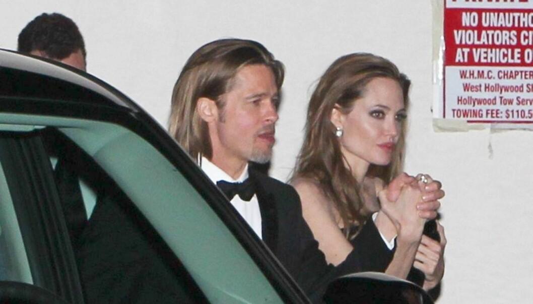 VEKTKRITIKK: Brad Pitt holder Angelina i en arm som mest ligner på en fyrstikk.  Foto: All Over Press
