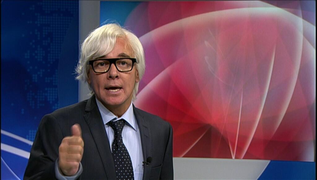 PARODI: Slik ser det ut når Kristian Valen parodierer NRKs nyhetsanker Ole Torp. Foto: NRK