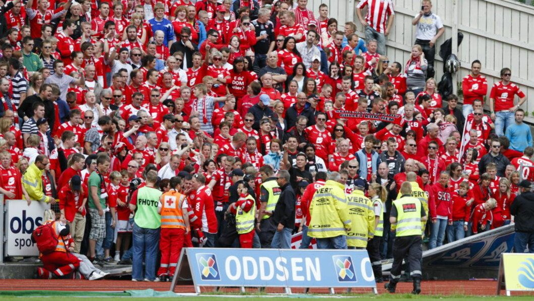 <strong>RASTE:</strong> Gjerdet som holdt Brann-supporterne på tribunen raste sammen etter at Erik Mjelde satt inn Brans 1-0-ledelse. Foto: SCANPIX
