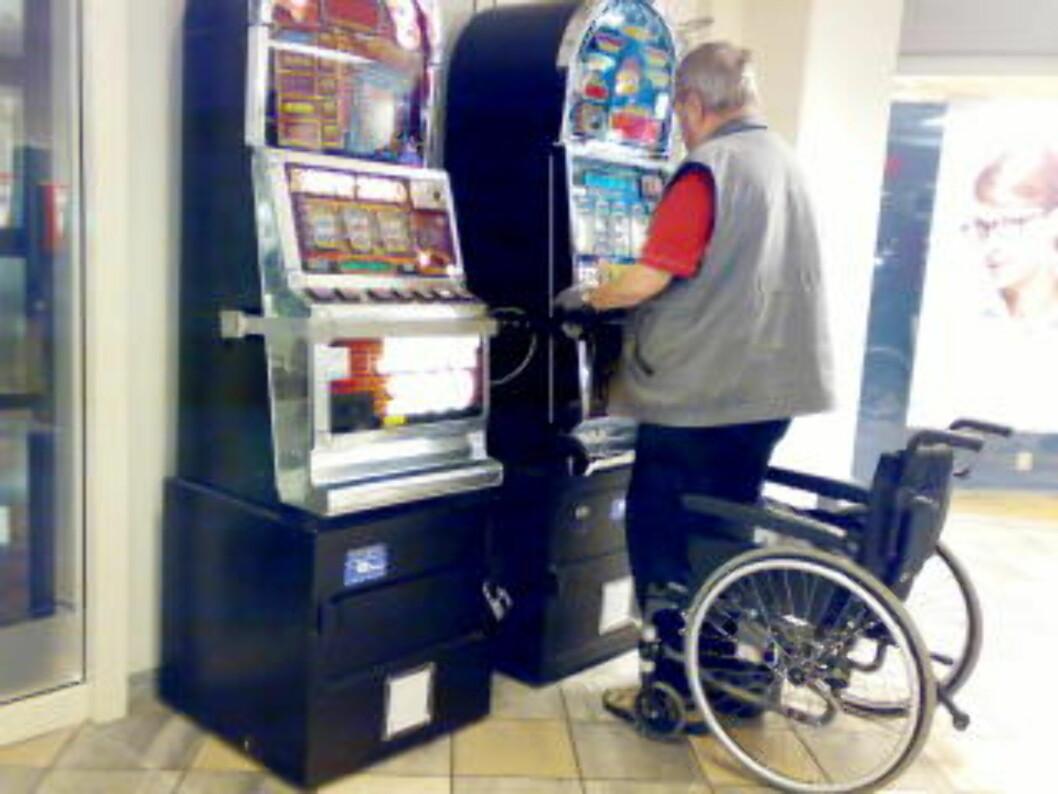 <strong>GAMLE AUTOMATER:</strong> Mann står med ryggen til ved spilleautomater. Foto: Lars Eivind Bones