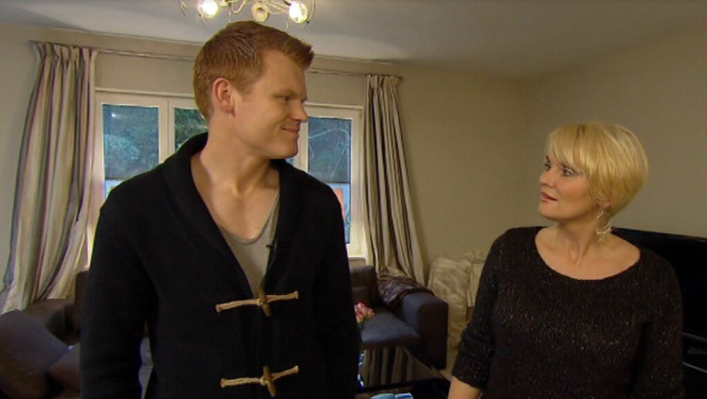 ÅPNER OPP: John Arne Riise åpner sitt hjem, kjøelskap og følelsesliv da programleder Mia Gundersen besøker ham i hans hjem i vest-London i TV3-programmet «Vis meg ditt kjøleskap». Foto: TV3