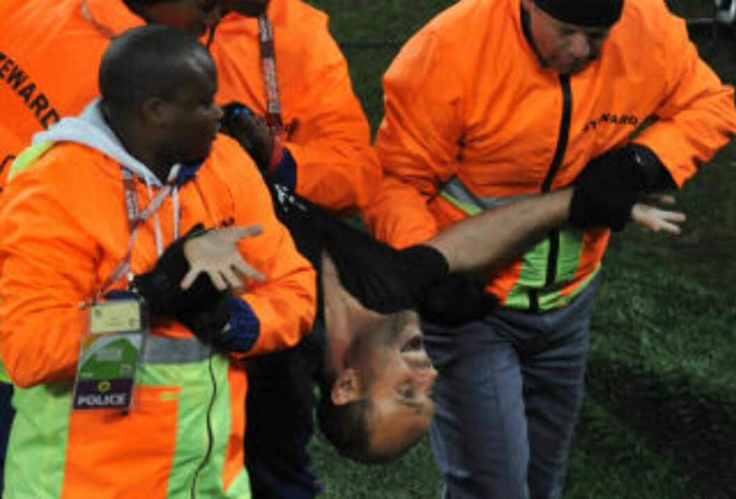 <strong>FORNØYD:</strong> «Jimmy Jump» virket å være en svært så fornøyd mann da han ble båret av Soccer City etter pokalstuntet.Foto: SCANPIX