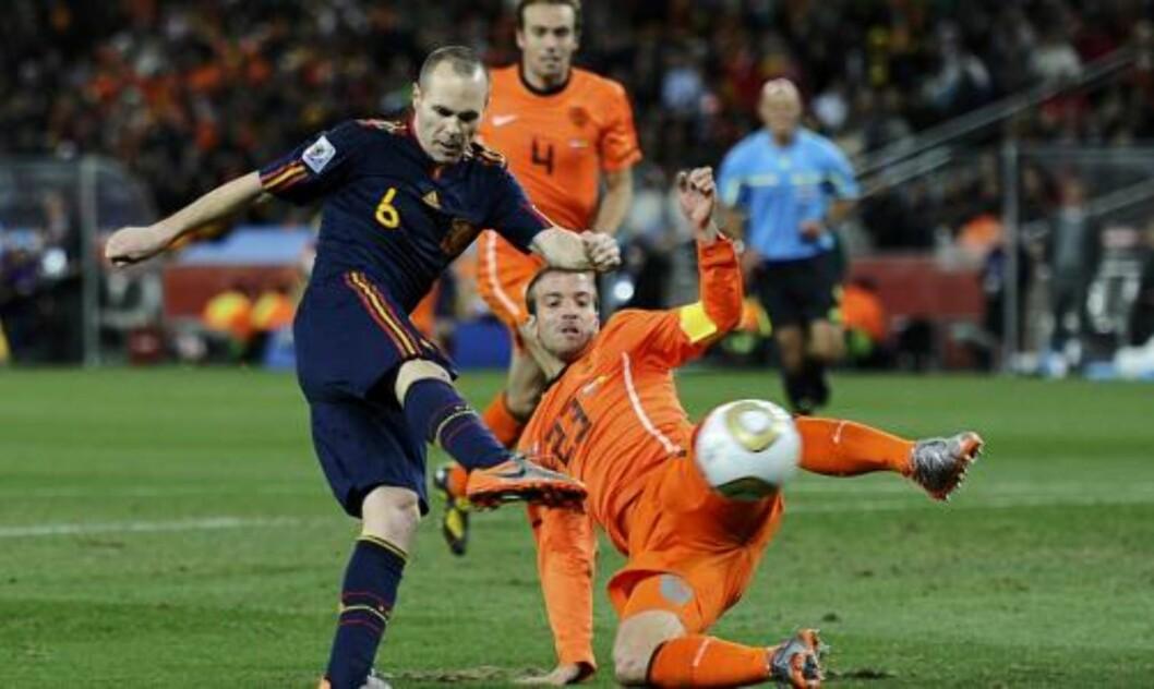 <strong>GOD SOM GULL:</strong> Her sikrer Andres Iniesta Spania VM-gullet med den seineste scoringen i en VM-finale noensinne i en kamp som var preget av nerve, sjansesløsing og grisespill.Foto: SCANPIX