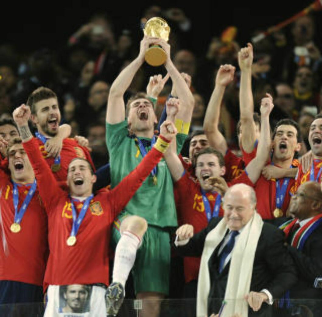 <strong>ETTERLENGTET:</strong> Spania kom til VM som den store favoritten, men fikk en vanskelig start med tap mot Sveits i åpningskampen. Fire uker seinere kunne likevel landslagskaptein Iker Casillas heve VM-pokalen som den første spanjol i VM-historien.