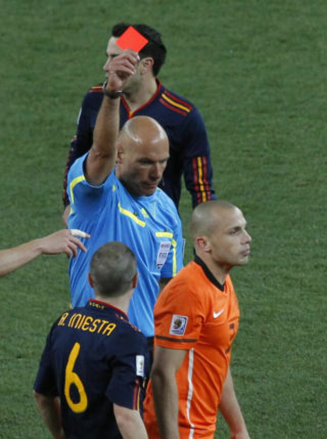 <strong>GRISETE:</strong> Nederland - Spania var uten sidestykke den VM-finalen der det ble delt ut flest gule kort: 14 i tallet. Johnny Heitinga fikk sågar se to gule, noe som i sum blir rødt. Dermed måtte Nederland fullføre ekstraomgangene med 10 mann, noe som ble kostbart. Foto: SCANPIX