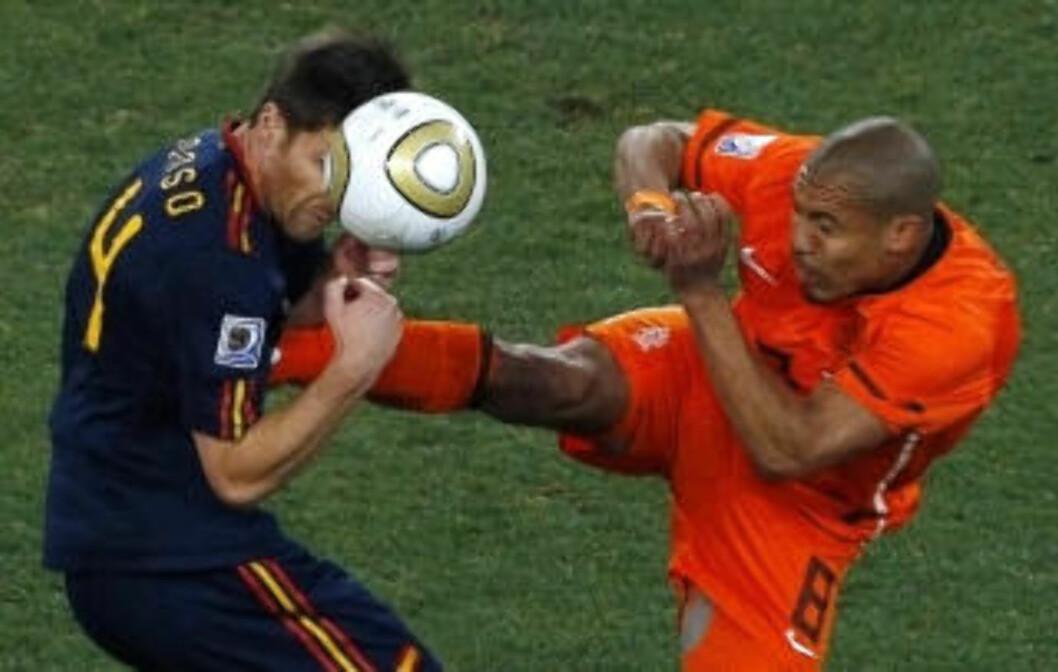 <strong>VOLDSOMT:</strong> Nigel De Jong og Nederland gikk voldsomt til verks mot Xabi Alonso og Spania. Denne stemplingen i brystet, ble belønnet med gult kort. Det var i underkant.Foto: SCANPIX