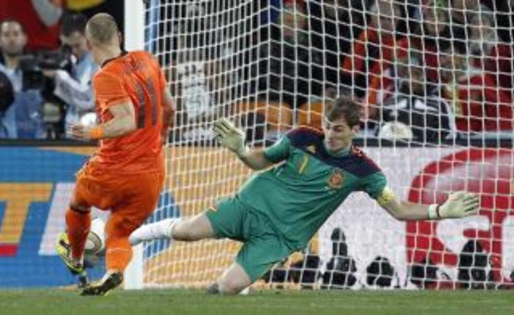 <strong>MATCHVINNERE I BEGGE ENDER:</strong> Iker Casillas viste seg som en matchvinner da han stoppet Arjen Robben på tur igjennom.Foto: SCANPIX