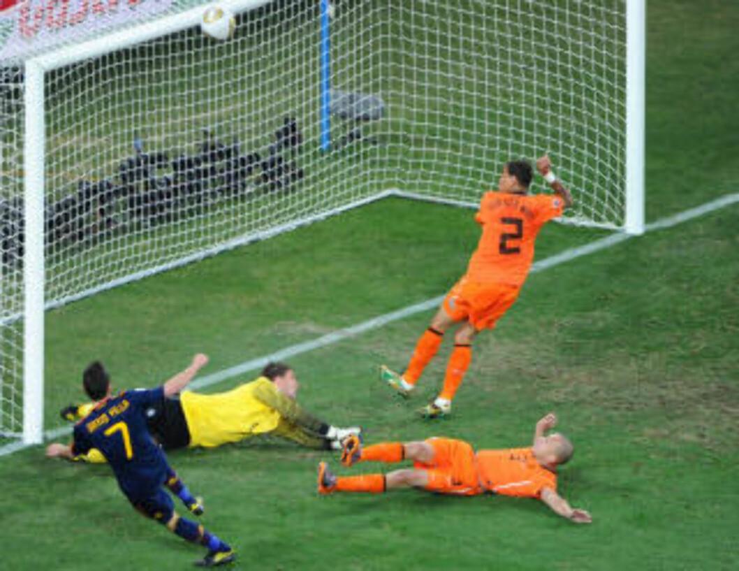 <strong>MIRAKELREDNING:</strong> David Villa klarte ikke å bli VMs toppscorer. Det skal Johnny Heitinga ha sin del av æren for da han blokkerte Villas skuddforsøk fra fire meter.Foto: SCANPIX