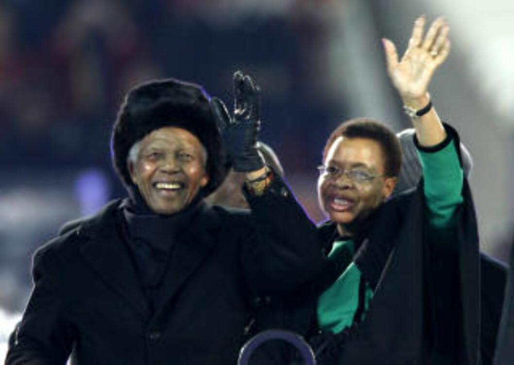 <strong>STOLT:</strong> Nelson Mandela ble hyllet før kampstart på Soccer City, men 92-åringen var for redusert til å overvære selve VM-finalen. Det var imidlertid ingen tvil om at han lot seg begeistre av folkets hyllest sammen med kona Grace Machel.Foto: SCANPIX