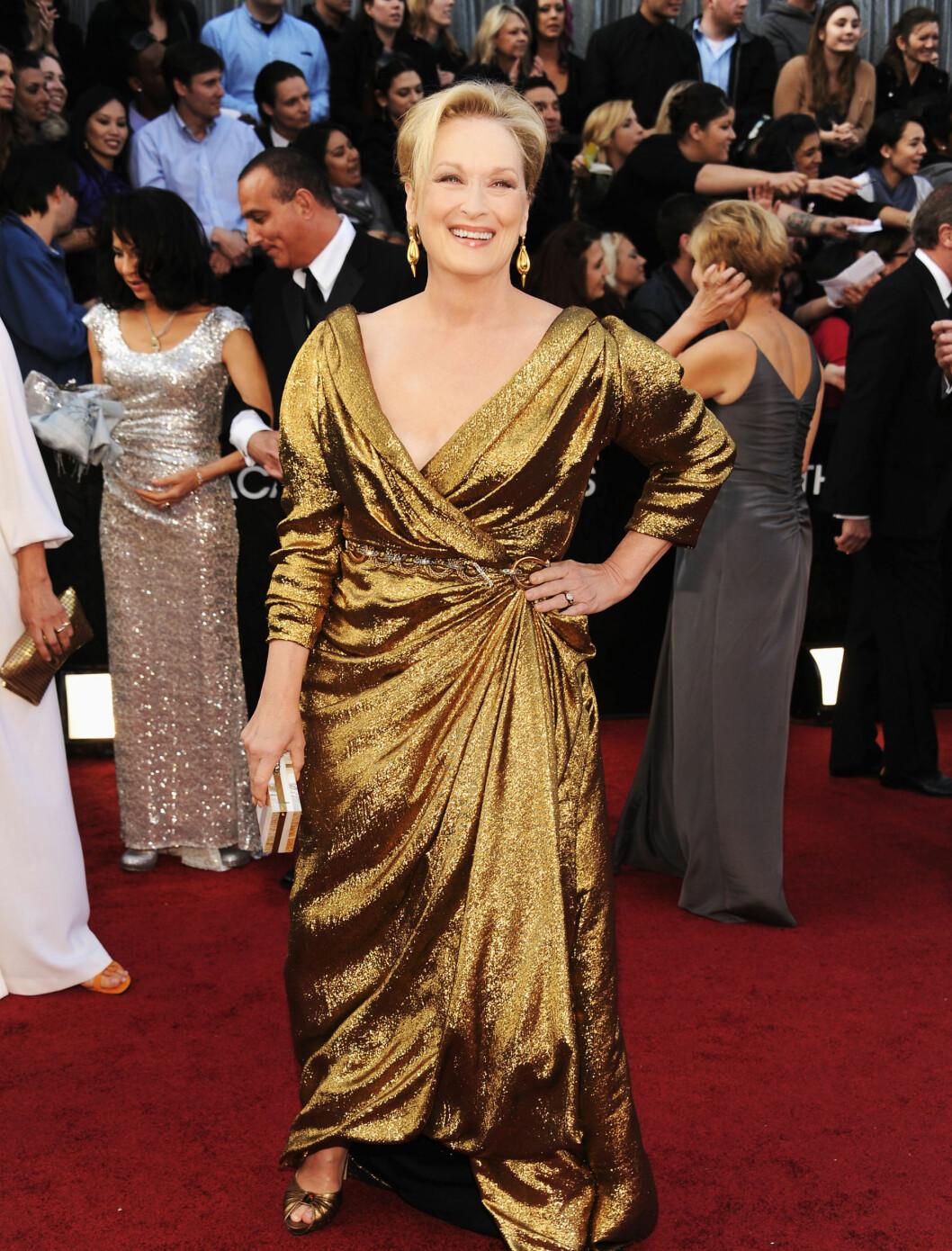 DRUKNER: - Meryl Streep så ut til å drukne i sin gullkjole fra Lanvin, som helle ikke satt som den skulle, skriver en kjolekritiker om nattens Oscar-vinner på det amerikanske nettstedet Time Entertainment.  Foto: All Over Press