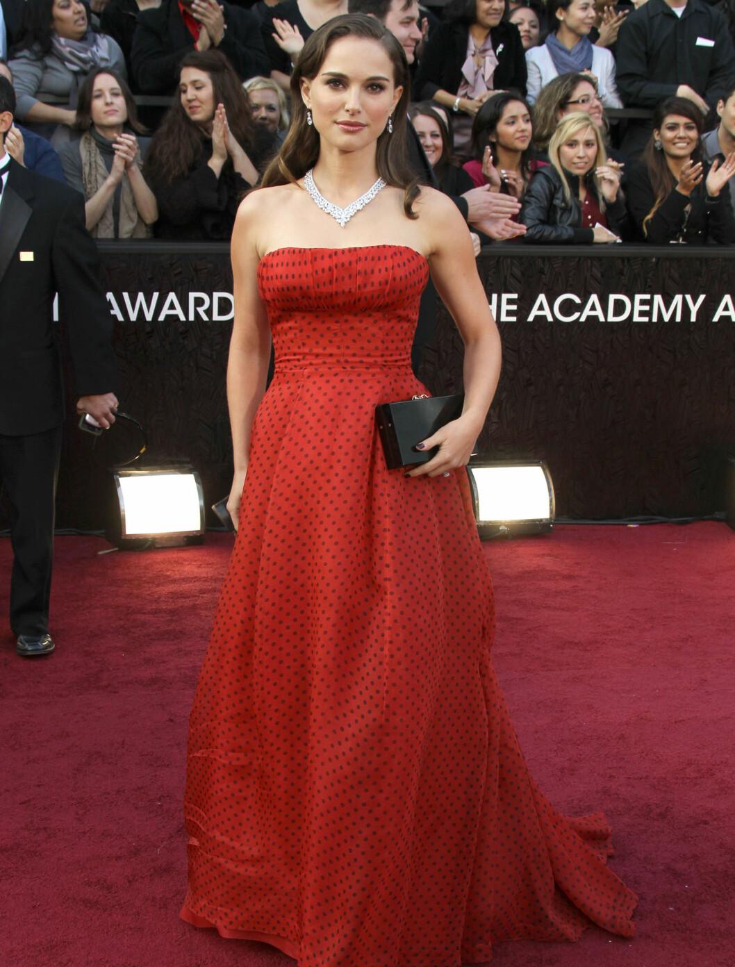 TANTETE: Natalie Portman valgte en kjole fra det legendariske motehuset Dior, men Time Entertainments kritiker forstår ikke hvorfor filmstjernen plukket ut en tantete rød, polkadot-kjole når hun kunne valgt hvilken som helst perle fra Diors historiske  Foto: All Over Press