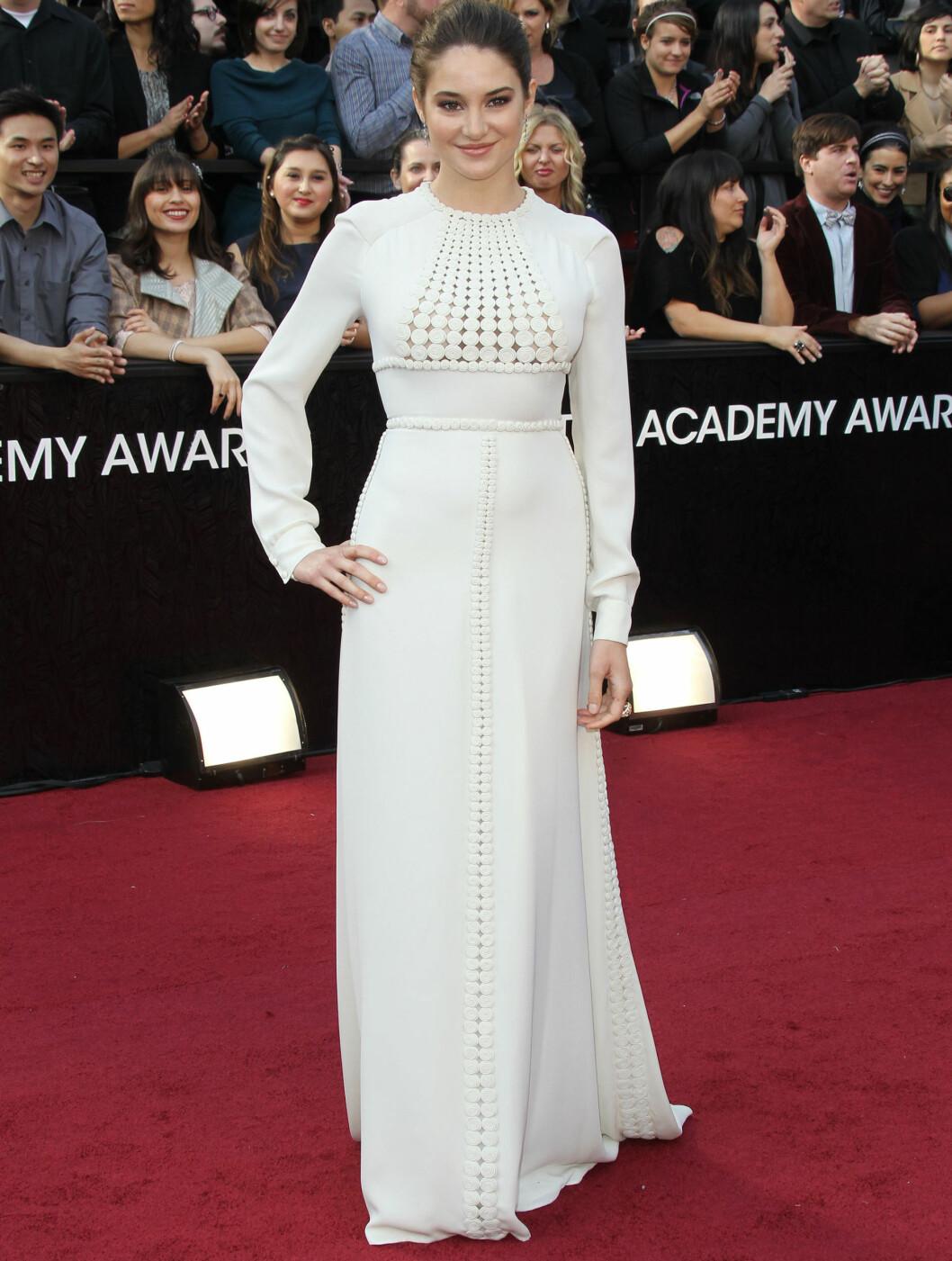 UTDATERT: - Shailene Woodley burde tenkt som om to ganger før hun gjorde sin debut på Oscar-løperen i et antrekk som så ut til å ha ligget i noens klesskap siden 1973. Valentine Couture-kjolen kunne kanskje ha fungert på Gwyneth Paltrow, men det gjo Foto: All Over Press