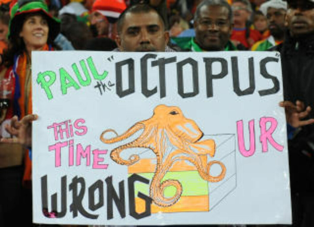 <strong>DET BLE MED HÅPET:</strong> Før VM-finalen klamret nederlandske fans seg til håpet om at Paul tok feil. Det gjorde han ikke. Foto: AFP.