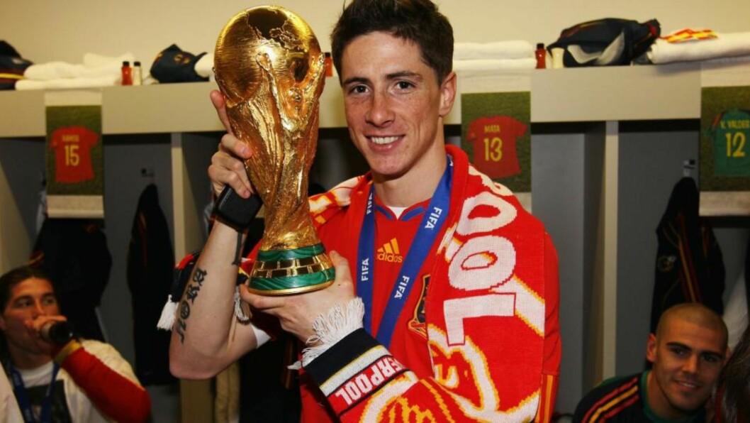 <strong>I RØDT, HVITT OG GULT:</strong> Fernando Torres valgte å markere klubbtilhørigheten sin da han løftet VM-pokalen, sammen med Spania-gutta i garderoben. Foto: GETTY IMAGES