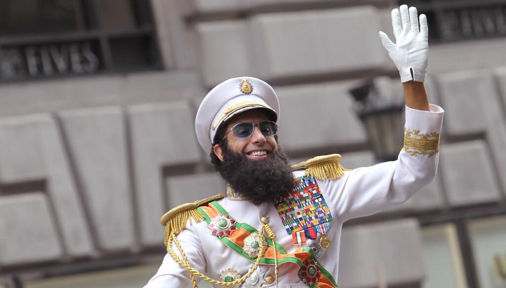 FÅR IKKE KOMME: Sacha Baron Cohen planla å dukke opp på Oscar-løperen som denne karakteren fra sin nye film «The Dictator». Denne idéen likte Oscar-akademiet dårlig. Foto: Stella Pictures
