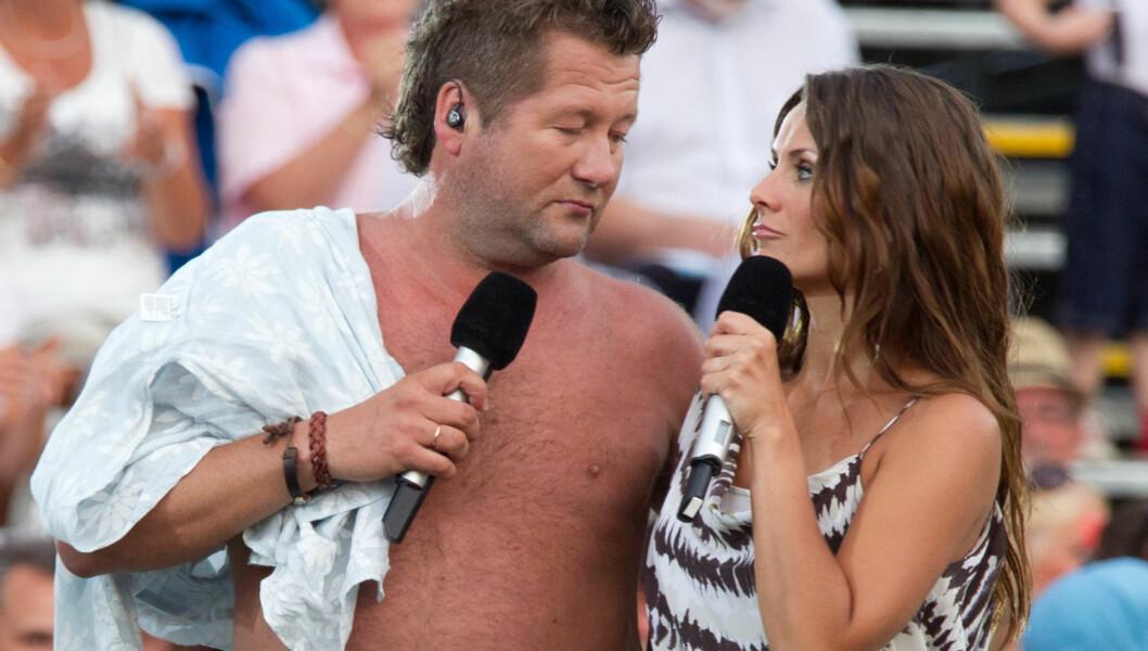 KASTER SKJORTA: Bjarne Brøndsbo vil fortsette å kaste skjorta på scenen når han føler for det. Her er han sammen med Katrine Moholt under innspilling av TV 2s Allsang på Grensen. Foto: Stella Pictures