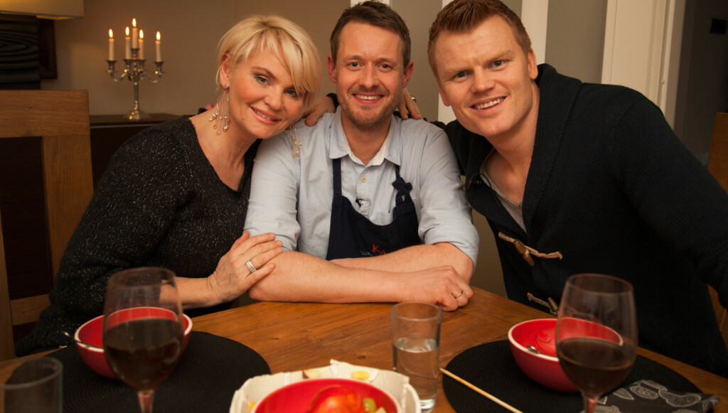 MYE GOD MAT: Fotballstjernen John Arne Riise er en av mange norske kjendiser som har hatt besøk av Mia Gundersen og kokken Øyvind Hjelle i TV3-serien «Vis meg ditt kjøleskap» Foto: TV3