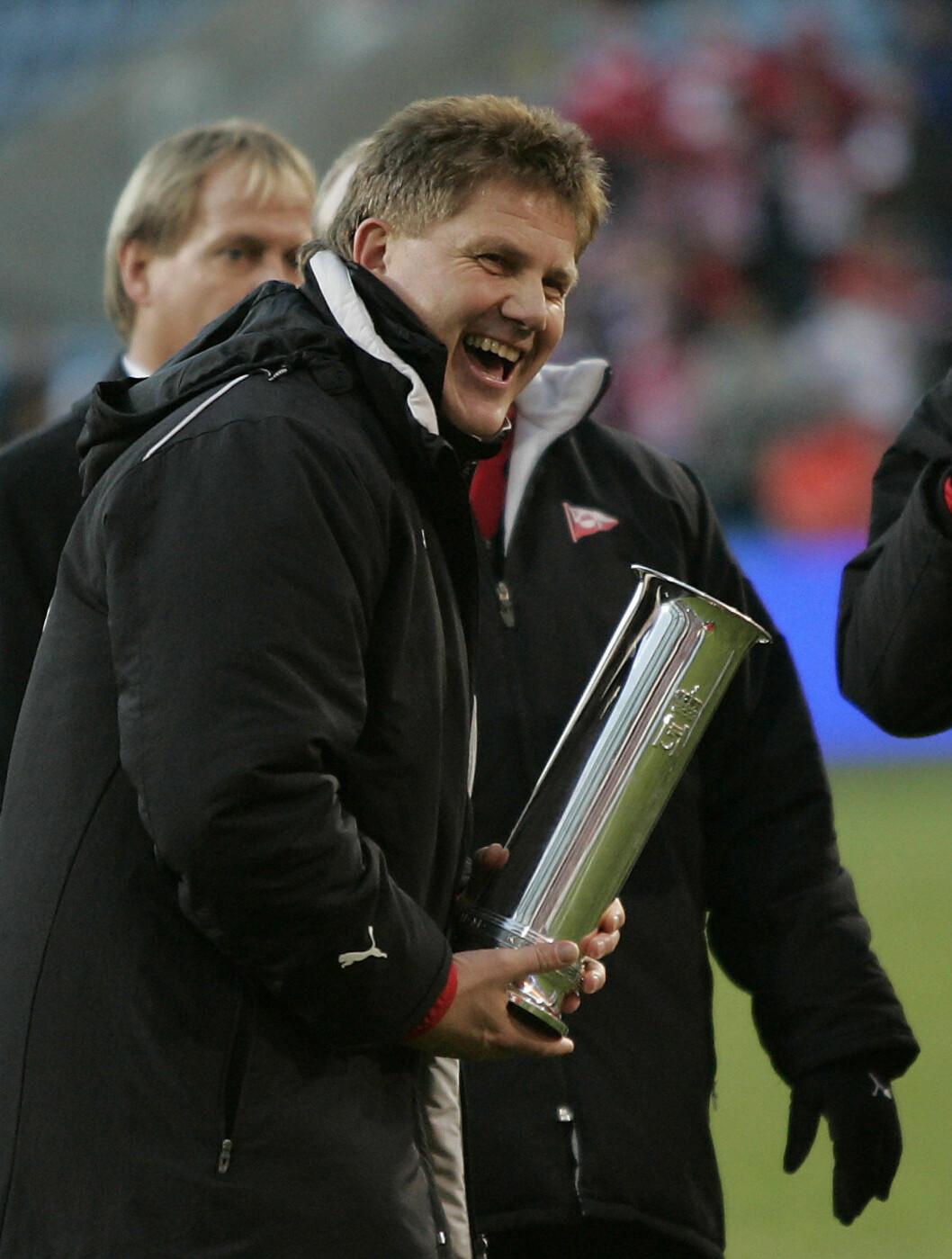 <strong>TRENER-TRIUMF:</strong>: Fredrikstad-trener Knut Torbjørn Eggen var strålende fornøyd etter 3-0 seieren over Sandefjord under cupfinalen på Ullevaal Stadion i 2006. Foto: SCANPIX
