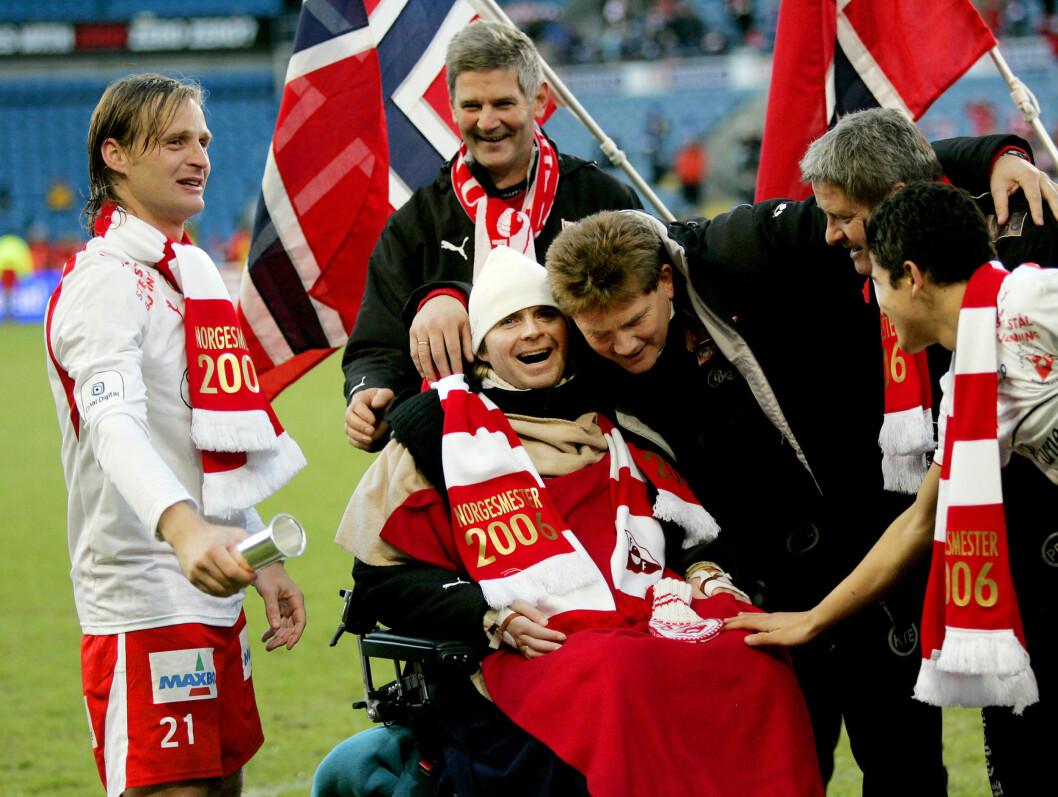 <strong>VILL JUBEL:</strong> Fredrikstad-trener Knut Torbjørn Eggen til høyre gratulerer Dagfinn Enerly begge var strålende fornøyd etter 3-0 seieren over Sandefjord under cupfinalen på Ullevaal Stadion.  Foto: SCANPIX