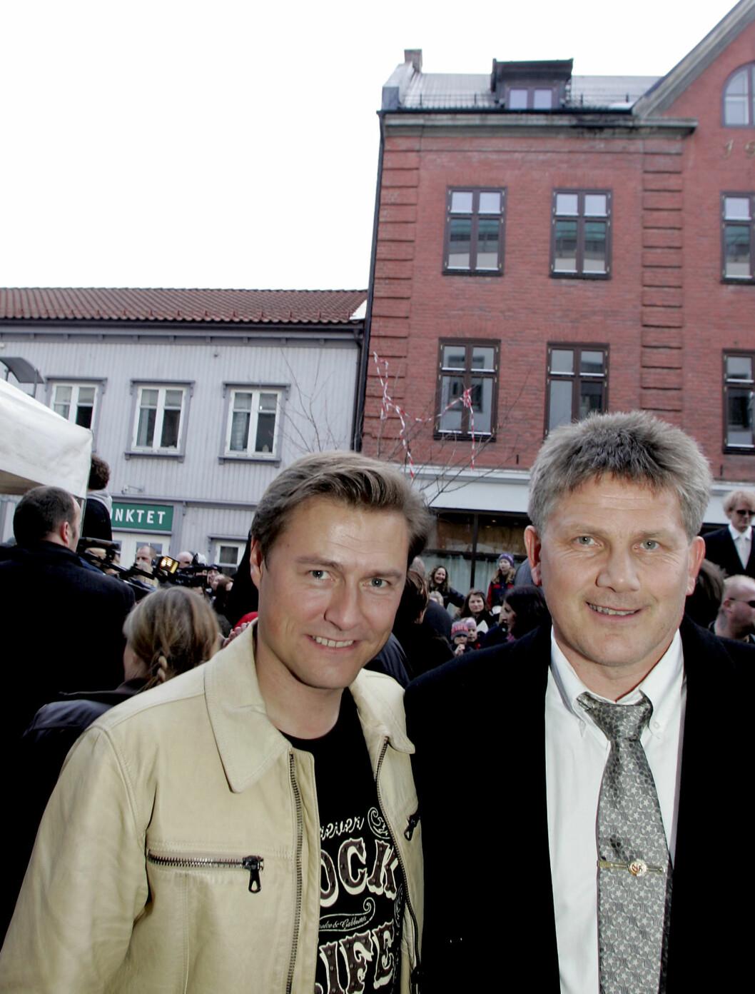 <strong>PÅ RØD LØPER:</strong> Idar Vollvik og Knut Torbjørn Eggen kommer til premieren på filmen til Harald Zwart «Lange Flate ballær» i Fredrikstad.  Foto: SCANPIX