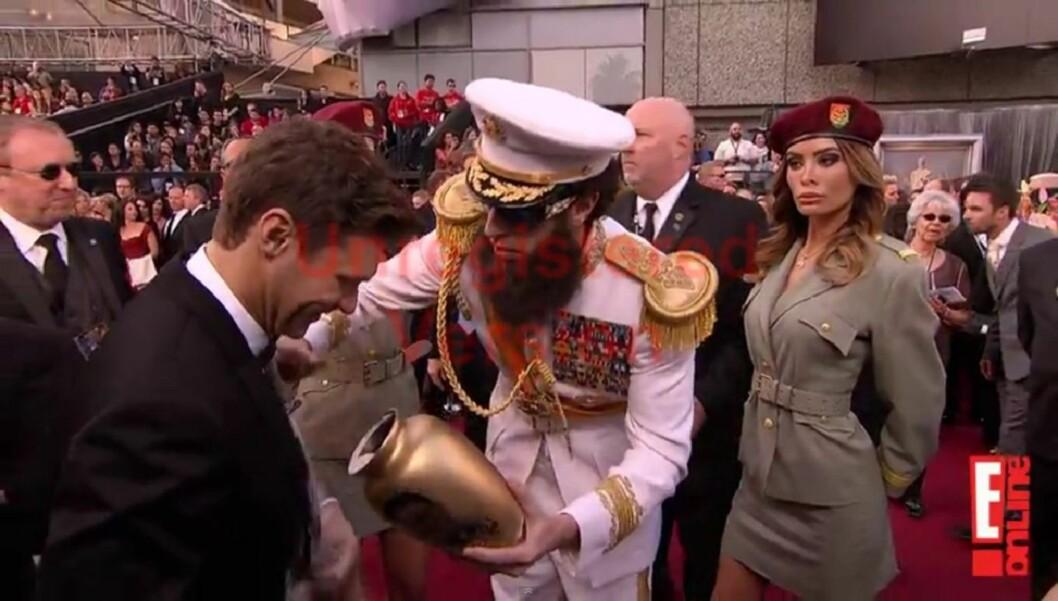 DIKTATORASKE: Sacha Baron Cohen kom til Oscar-utdelingen utkledd som sin nye karakter «The Dictator» og sølte Kim Jong-ils aske utover reporter Ryan Seacrest.  Foto: E! Online