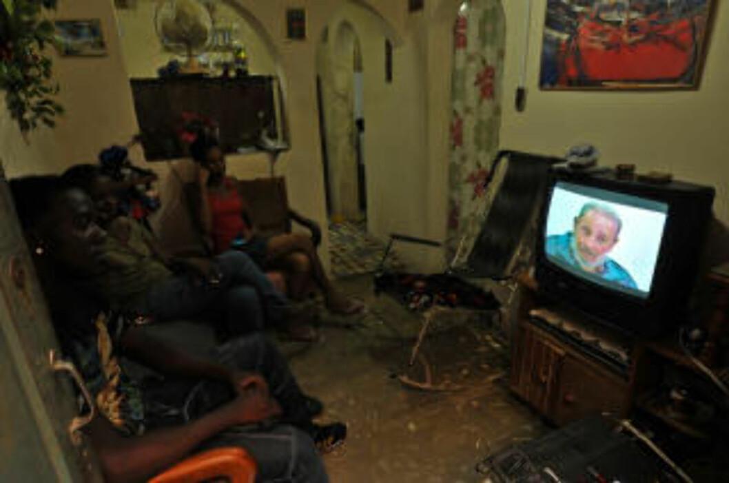 <strong> I DE TUSEN HJEM:</strong>  En familie i Havana følger Castros første tv-opptreden på 11 måneder. FOTO: AFP/SCANPIX.