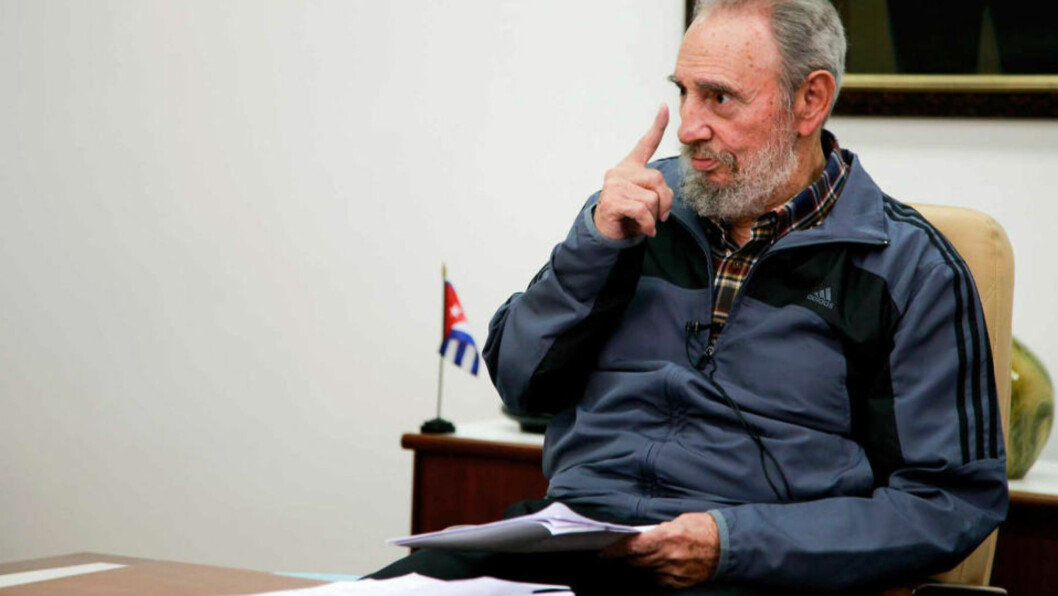 <strong> TILSYNELATENDE FIN FORM:</strong>  Fidel Castro i kjent positur i sin første opptreden på 11 måneder. FOTO: ALEX CASTRO, CUBADEBATE.CU/AFP/SCANPIX.