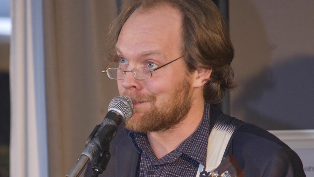 PARODI: Jon Niklas Rønning parodierte Ole Paus under utdelingen av Justers ærespris.  Foto: Oddvar Walle Jensen/Se og Hør