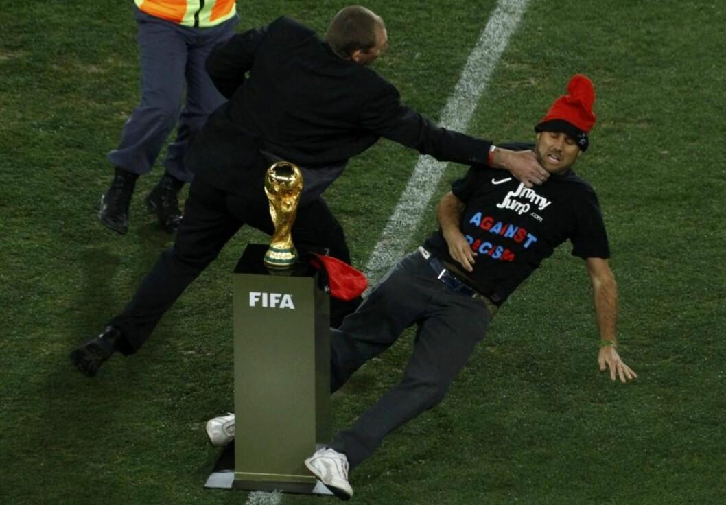 <strong>BØTELAGT:</strong> «Jimmy Jump» ble bøtelagt med 1700 kroner etter å ha invadert banen i forkant av VM-finalen.Foto: SCANPIX
