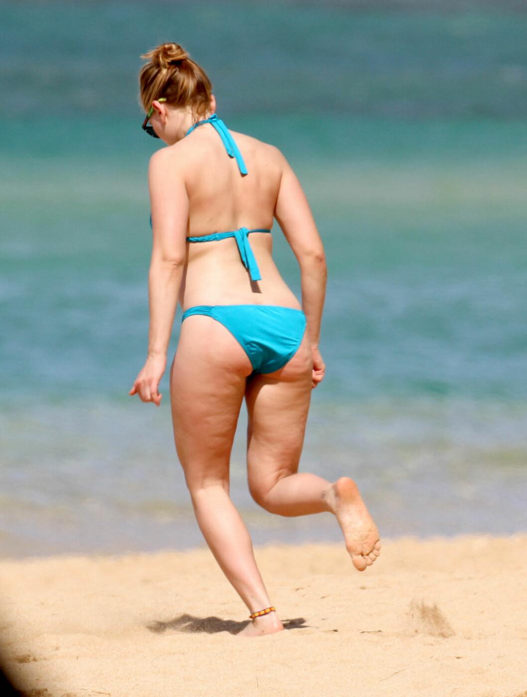 BIKINIFORM: Scarlett hadde valgt en turkis bikini for anledningen. Foto: All Over Press