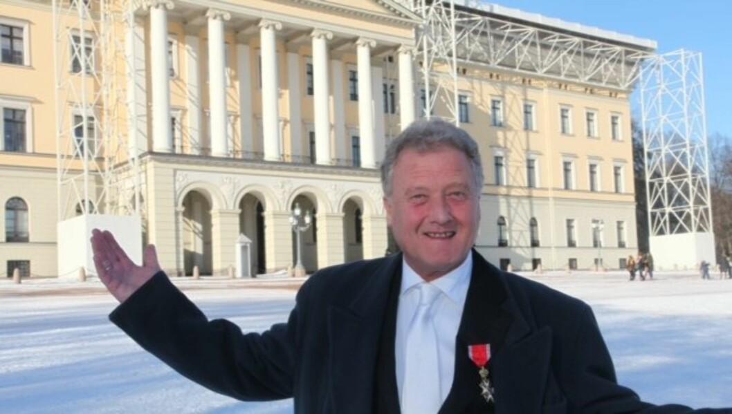 RIDDER: Dan Børge Akerø fikk 15 minutter alene sammen med kong Harald da han sist fredag hadde audiens på slottet. Bakgrunnen for møtet var at TV-veteranen nylig ble utnevnt til Ridder av 1. klasse St. Olavs orden.  Foto: Trond Mæland