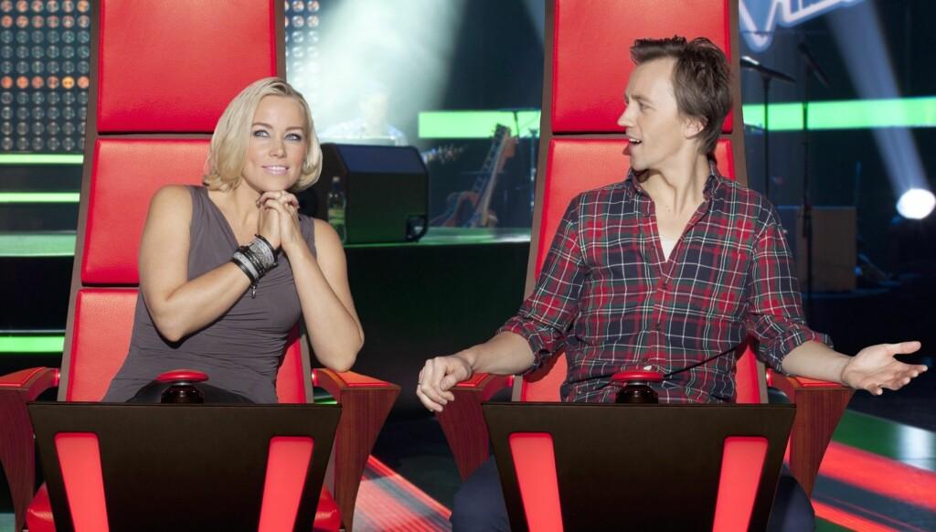 SAMME ANTREKK: Hanne Sørvaag i den grå Vivienne Westwood-toppen hun bruker i syv fredager på rad i TV2s «The Voice». Her med Sondre Lerche i sin velbrukte flanellsskjorte. Foto: TV2