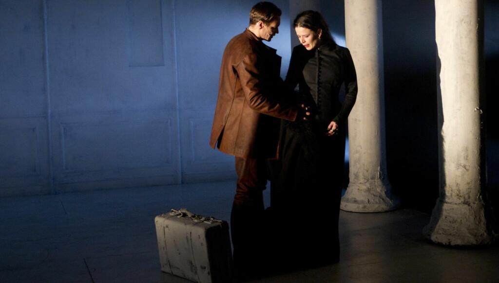 PÅ SCENEN: Gørild Mauseth i rollen som Anna Karenina og Per Kjerstad som Vronskij i Riksteaterets «Anna Karenina». Foto: SCANPIX