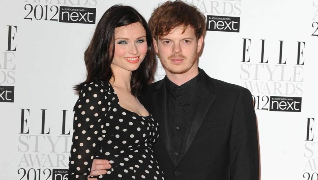 VENTER NR.3: Sophie Ellis-Bextor venter sitt tredje barn med ektemannen Richard Jones. Mandag kveld kom de sammen på Elle Style Awards.  Foto: All Over Press