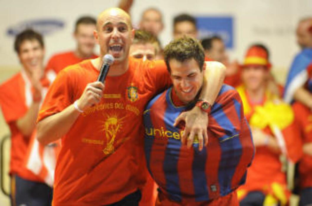 <strong>TRØYESTUNT:</strong> Arsenal-kapteinen ble tvangsmessig ikledd en Barcelona-trøye under Spanias gullfeiring i går. Foto: Miguel Riopa / AFP.