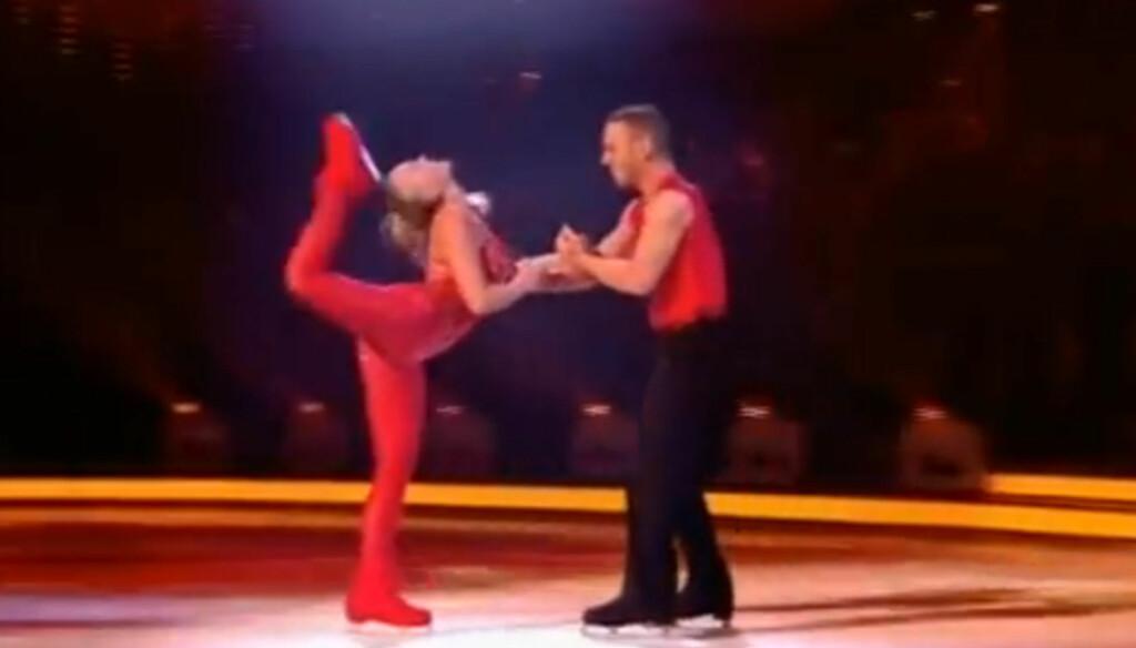 TRAFF BAKHODET: Den britiske TV-stjernen Jennifer Ellison sjokkerte TV-seerne da hun ved et uhell traff bakhodet med skøyten under programmet «Isdans». Foto: ITV