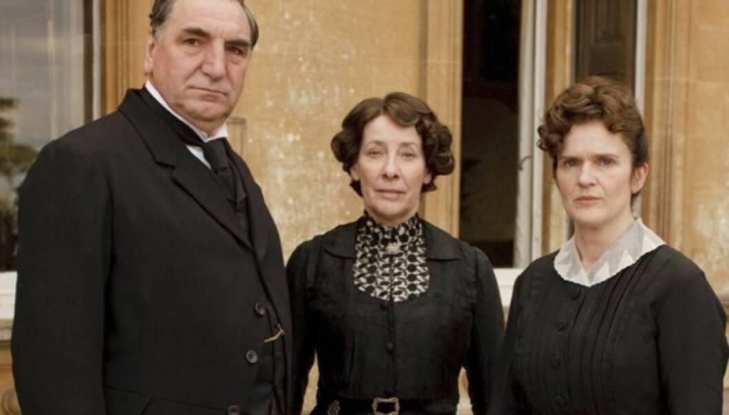 TV-STJERNER: Jim Carter i rollen som mr. Mr. Carson, Penelope Wilton som Isobel Crawley og Siobhan Finneran som Sarah O'Brien i «Downton Abbey» Foto: NRK